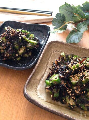オクラのねばりとひじきがうまく絡み合った和風味の副菜。オクラは電子レンジで加熱、乾燥ひじきはポットのお湯で戻せばコンロは使わずに済みます。コンロがふさがっていてもあと1品が手軽に追加できるレシピです。