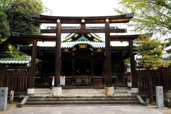 言問橋のそばにある「牛嶋神社」は、総桧権現造りの本殿が見事な神社。両脇に小さな鳥居を組み合わせた「三輪鳥居」は全国的にも珍しく、厳かな雰囲気が漂います。