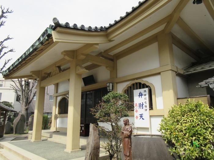 隅田川のほど近くにある「長命寺」。創建は1615年(元和元年)頃と伝えられる歴史のあるお寺です。3代将軍・徳川家光がこの近くで急に腹痛を起こした際、お寺の住職が祈祷したお水で薬を飲み痛みが治まったことから寺号を授かったと言われています。