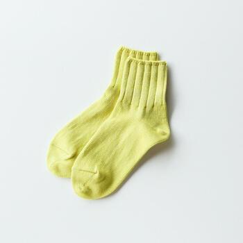 ほんの少しアクセントを効かせるなら、足元にカラーアイテムを取り入れるのもおすすめです。スカートやパンツの裾からちらりと覗かせると、コーディネート全体が春らしく、明るい印象に。