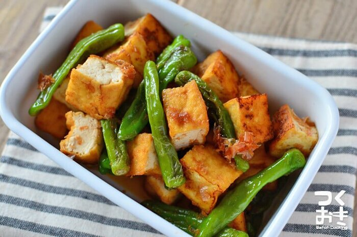 お弁当のおかずでは、栄養のバランスと彩りを重視したいところです。また、ワンパターンにならないように、いろんな野菜を取り入れて、お弁当のおかずにアクセントを付けたいですよね。 そこでおすすめなのが、厚揚げとししとうの炒め物。ししとうは、厚揚げとの相性がいいんです。新陳代謝を高めるとされる「カプサイシン」や、ビタミンを摂取できます。