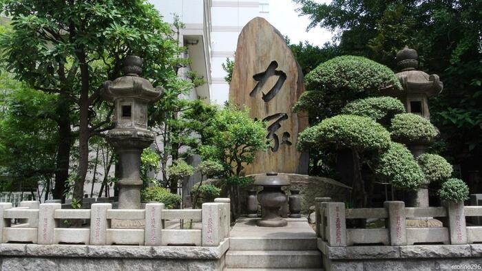 「力塚の碑」は、もともとは歴代相撲年寄の慰霊ために建立されましたが、その後もお相撲の新弟子さんたちが力を授かるように祈願する碑として境内に祀られています。  回向院と相撲のつながりは深く、旧両国国技館が完成するまでの76年間は春秋の勧進相撲がここで行われ、今でも相撲部屋が多くあります。