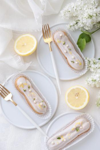 常温で固まるコーティング用チョコレート「パータグラッセ」を使うと、テンパリング不要なので初心者さんでも扱いやすいですよ。固まる前に、すりおろしたレモンの皮やピスタチオ、パールクラッカンをトッピングして上品な仕上がりに。