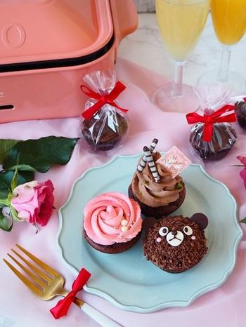 同じカップケーキでも、クリームの絞り方やデコレーションによって印象が変わります。バラは、真ん中からクリームを平らに絞っていくのがポイント。くまは、カップケーキの上部にチョコクリームを付けクランチをまぶしてチョコペンでアレンジ。思い思いに楽しんでみましょう♪