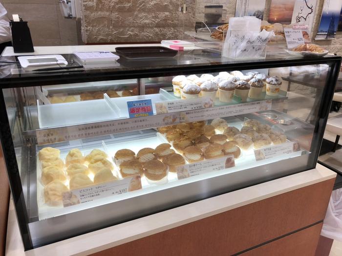 「北菓楼」はシュークリームが人気の和菓子店。いろいろな種類のシュークリームやエクレアが並びます。営業時間は8:00~20:00となっています。