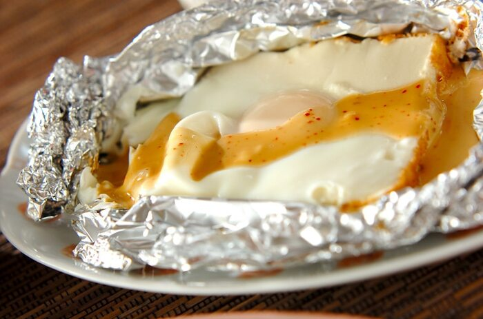 朝食やランチの定番である目玉焼きは、レシピがどうしてもマンネリ化してしまいがち……。こちらの目玉焼きは、厚揚げの真ん中をくり抜き、卵を割り入れてオーブンで加熱しています。 合わせダレには、子どもが食べやすいマヨネーズ×しょうゆをセレクト。もちろん、大人の朝食用としてもおすすめです。
