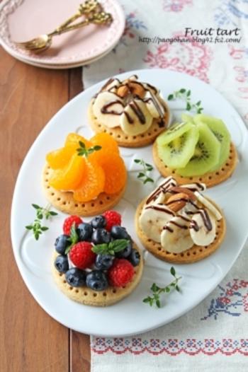 定番の果物やフルーツ缶も、盛り付け次第で華やかに。こちらは、ホットケーキミックスを使ったタルト生地を使用。中心にマスカルポーネ入りのクリームを絞ってフルーツを重ねるように立体的に盛りつけるだけなので、とっても簡単です。