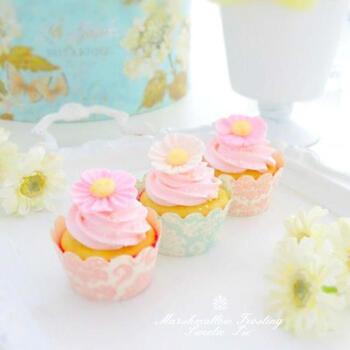 こちらはマシュマロを使ったふんわりとしたクリームのカップケーキ。仕上げに、溶かしたマシュマロに粉糖を混ぜたマシュマロフォンダントでお花を作って、マフィンにのせればうっとりする華やかなデコスイーツの完成です。