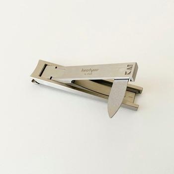使う時は柄の部分を、一瞬でかちゃっと立ち上げられて使いやすい!バーの裏側には小さな爪やすりも付いた優れものです。