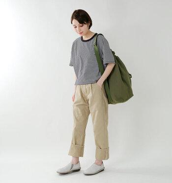 デザイナー自身の名前をブランド名に冠した「NIGEL CABOURN(ナイジェル・ケーボン)」。トレンドに流されず、本物を目指す価値観から生み出される衣服は、デザインはもとより素材や生産技術においても質が高く、常に注目を集めています。ベーシックな半袖ボーダーシャツも、丈や首の開き具合、ポケットの形など、ディテールまでこだわり抜いて作られていることがわかります。