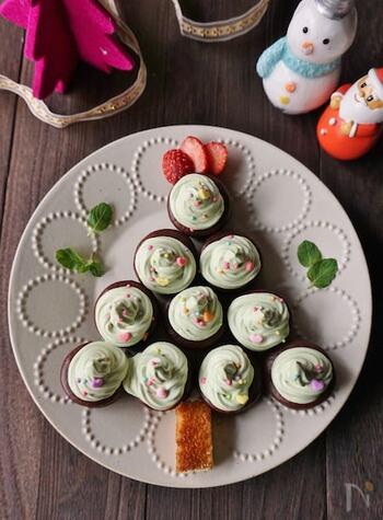 市販のチョコパイを4段の三角形になるように並べて、幹部分には市販のスポンジを。チョコパイの上に、抹茶を混ぜた緑色のクリームをぐるぐる絞って仕上げに砂糖菓子を散りばめれば、ツリーケーキの完成です。