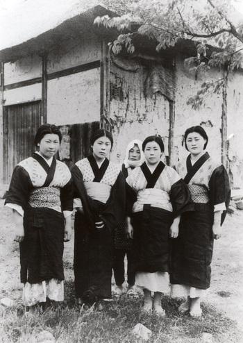 津軽の平賀町(現・平川市)で撮影された、農村の娘たちの写真。それぞれ個性あるこぎんの着物をまとっている(写真提供:平川市郷土資料館)