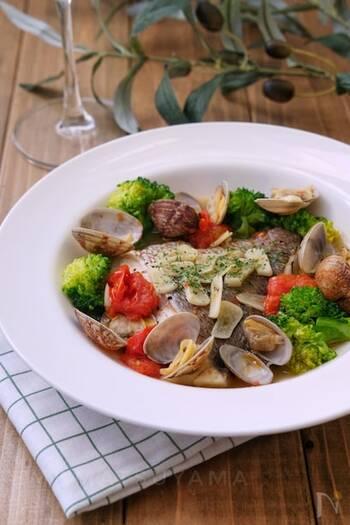 イタリア料理のアクアパッツァはあっさりとした味付けが特徴。調味料がシンプルなのであっという間にできるレシピです。ブロッコリーがない時はアスパラやコーン、じゃがいもなど他の野菜でも代用できますよ。