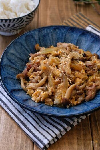 一皿でお肉、きのこ、卵まで摂れる栄養バランスのいい炒め物。レンジの途中で卵を入れることで、ふんわりと仕上がります。