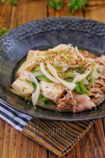 肉豆腐とはひと味違う甘酢の味付けがクセになる一品。レンジでの加熱前に豚肉に下味をしみ込ませることで、味がぼやけることなく完成します。
