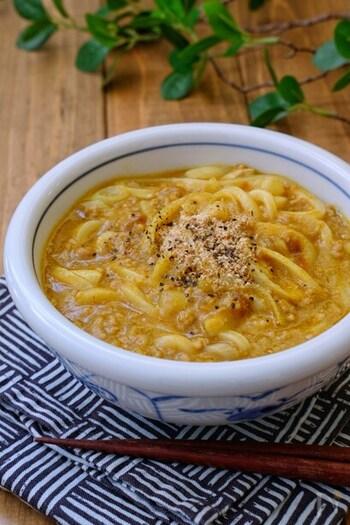 """このレシピで使う""""カレー""""とは、たくさん作った時に小分けにして冷凍しておいたものやレトルトカレーなどが使えます。片栗粉を混ぜているので、スープがとろっとうどんにからみコクがあるおいしさはやみつき間違いなしです。"""