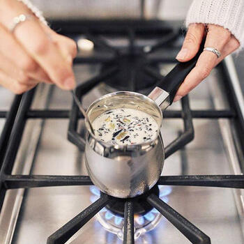 ころんとした可愛い形のチャイポット。茶葉やスパイスを抽出しやすいよう計算されています。茶葉とミルクを入れてコンロにかけるだけで、本格的なチャイが味わえますよ。