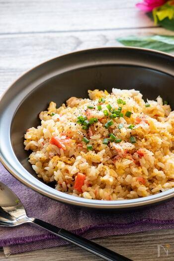 カニカマを使って作るランチにおすすめの炒飯レシピです。一番上に調味料を入れることで、その下の具材とご飯に味が染み、ラップをかけないことでパラパラに仕上がります。
