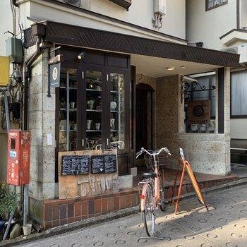 吉祥寺駅から徒歩3分、井の頭公園のそばにあるお店です。堅苦しくなく、毎日気軽に紅茶を楽しんでほしいという思いで作られたチャイは絶品!カフェとしての利用はもちろん、茶葉を買って自宅で楽しむこともできます。