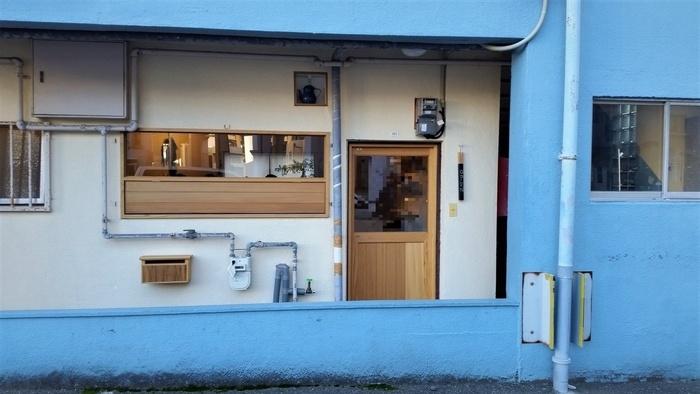 薬院駅から徒歩5分ほど、鮮やかなブルーのアパートの1階にある、隠れ家カフェです。ひっそりとオープンしているので、見逃さないように要注意!