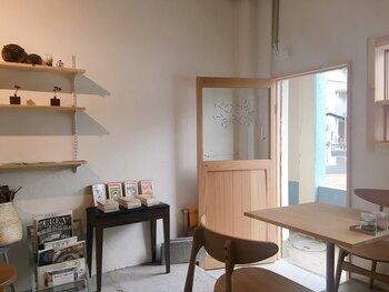 店内は白とベージュを基調とした、明るくて可愛らしい雰囲気。カウンター席とテーブル席がある、こぢんまりとしたカフェです。