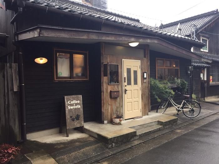 古民家を改装したこちらのカフェ。チャイはもちろん、スイーツも美味しいと人気です。のんびりとティータイムを過ごすのにぴったりですね。