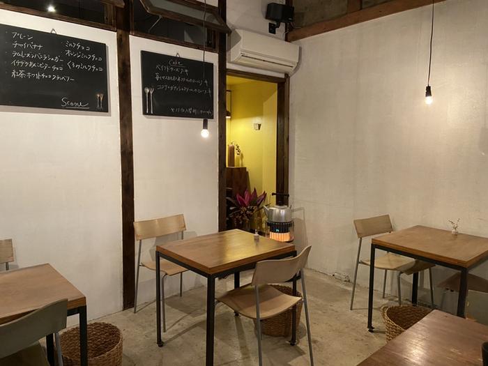 店内は落ち着いた色合いで統一され、レトロな雰囲気も感じられます。窓際のカウンター席とテーブル席があり、1人でも複数人でも入りやすいですね。