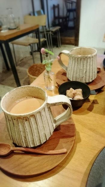 一押しのチャイは、ふんわりとスパイスが香り、甘みもあって飲みやすい味わい。焼き物のカップも可愛いですね♪