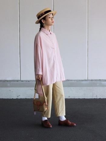 春といえば思い浮かべるカラーは、やはり「ピンク」。女性らしく柔らかいピンクは、大人のコーディネートにもぴったりです。こちらのコーデでは、ゆったりとしたビッグシャツでピンクを取り入れています。あえてメンズライクなアイテムでピンクを取り入れることによって、甘すぎず大人っぽい印象になっていて素敵ですね。