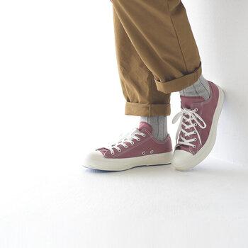 ピンクの「服」にはちょっぴり抵抗が…という方には、カジュアルに履けるピンク色のスニーカーがおすすめです。足元から明るく、春らしい印象を作ってくれるので、普段のコーディネートに取り入れやすいのも嬉しいポイント。歩きやすいスニーカーなら、お散歩が気持ち良くなる春の季節にもぴったりですね。