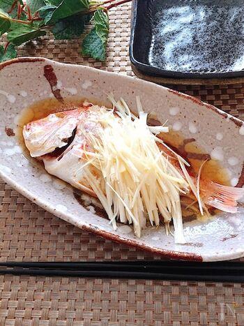 パーティーにぴったりな鯛の中華蒸し。一匹丸ごとが手に入らなければ、鯛の切り身でも代用できます。最後にかける熱々のごま油の風味が絶品です。