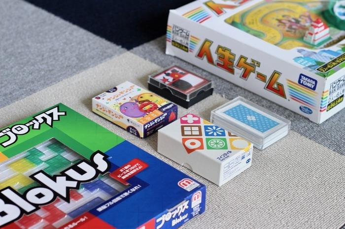 switchやスマホなど、小さい頃からゲーム慣れしている子供たち。そのようなサービスが充実する一方、だんだん人と直接心が通いあう体験を持ちづらくなってきている、と言えるでしょう。そこで、ボードゲームなど、複数人で楽しむクラシカルなゲームを、積極的に家族で楽しむようにしませんか。  集団遊びならではの、ゲームのルールを守る=遊ぶ楽しさになるということ。また、他人を思いやったりすることで、人間関係をつくる力を伸ばしていけます。また、負けても泣かないなどさまざまな学びを得ることができる素晴らしいツールです。
