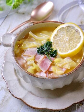 野菜をたっぷりと摂れるスープは、食欲が減退してしまっているときや、体調が優れないときでも食べやすいですよね。こちらのレシピでは、細かく刻んだレモンをスープに入れているので、後味さっぱりと食べられます。溶かしたバターのコクと、さわやかなレモンの相性が良い一品です。