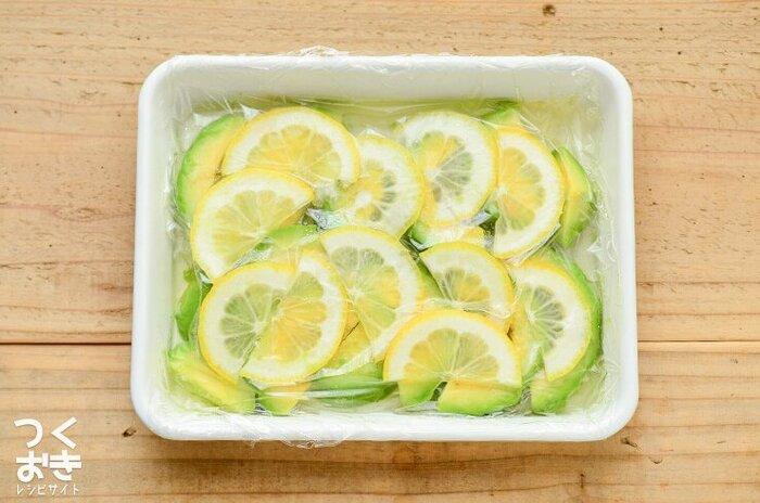 コクのあるアボカドを、レモンと合わせてマリネにした、あっさり副菜レシピです。酢が入ったマリネ液で、アボカドの変色を防ぐことができるので、冷蔵庫で保存していても色鮮やかなまま食べることができます。そのままマリネとして食べるのもいいですし、トマトやチーズと一緒に食べるのもおすすめだそうですよ。
