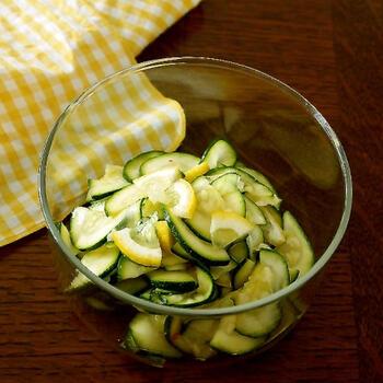 こちらは、薄くスライスしたズッキーニとレモンを、エスニック風のナムルに仕上げた一品です。スパイスを使用すると、簡単にエスニック風の味付けができるそうですよ。レモンのさっぱりとした風味がアクセントになり、副菜としてはもちろん、お酒のおつまみにもぴったりです。