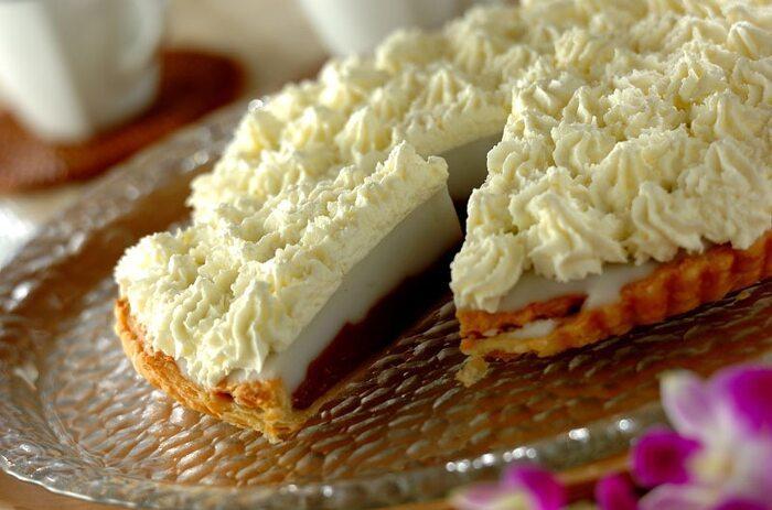 ハワイの風を運んできてくれそうな本格的な「ハウピアパイ」もおうちで作ることができます!  ココナッツたっぷりのフィリングと甘い生クリームがなんともたまりません♪ クリームをポチポチ絞るは難しそうに見えますが、やってみるとワクワク気分が高まって、無心で熱中しちゃいますよ。