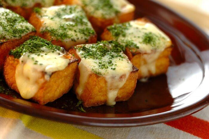 トースターで手軽に作れる簡単レシピ。チーズのコクとアンチョビの塩気の絶妙な味わいを楽しめます。ひと口サイズのミニ厚揚げを使用すれば、おつまみとして食べやすいのでおすすめです。