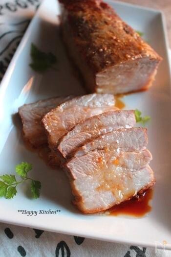 豚バラブロック肉が手に入ったらおすすめなのが、こちらのレシピです。フォークで刺して穴を開けた豚バラブロック肉に、レモン汁と醤油、オリーブオイル、にんにくを合わせてポリ袋で揉み込みます。あとはオーブンで焼くだけ!の、簡単レシピです。漬け込んだタレは小鍋でひと煮立ちさせてから様冷ましておき、食べる際にもう一度かけると、さっぱりとしたレモンの風味がより感じられそうです。