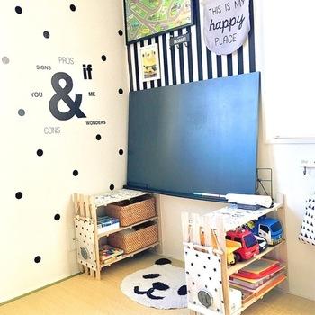 子供の身長に合わせて黒板を設置するのもいいですね。お絵かきはもちろん、子供に模擬授業をお願いしてみると、張り切って先生役をこなしてくれそうです。授業の振り返りにもなりますし、子供の理解度を推し量ることもできます。