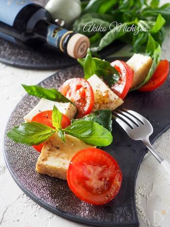 モッツァレラチーズの代わりに厚揚げを使ったカプレーゼのレシピ。厚揚げで代用すれば、食べ応えがアップするだけでなく、ヘルシーなのも嬉しいポイントです。 見た目もおしゃれなため、ホームパーティの前菜としてもおすすめです。