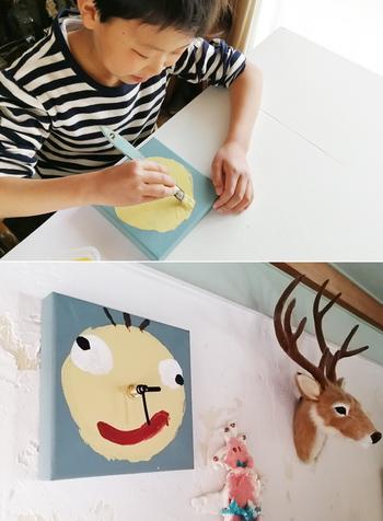 子供たちはみんなアーティストです。素晴らしい作品が日々生まれています。お部屋の一角を子供の作品専用のスペースとして決めると、子供はアーティスト気分を満喫できますよ*  また、作品を一定期間飾ったら、ファイルにしまったり、処分したりと、お片付けも次のステップに進みやすくなります。子供が自慢に思う作品をみんなに見てもらう機会ができると、子供の自己肯定感もぐっと高まります。