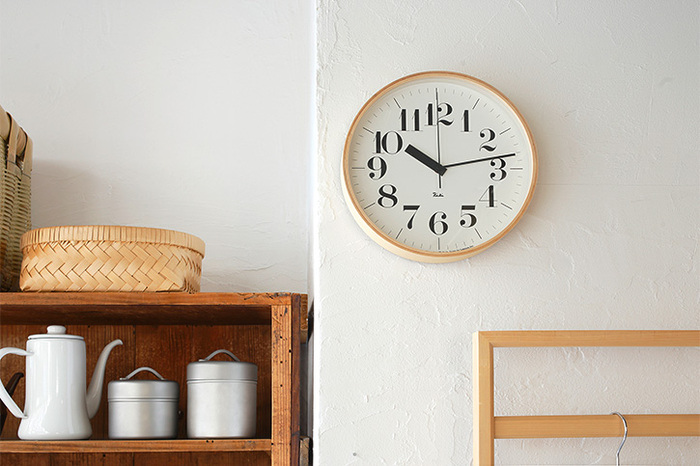 子供が小さいうちは、お部屋に飾る時計は針つきのものを選ぶのがおすすめです。秒針までついていると、より分かりやすくなります。一分ごとにラインが引いてあったり、数字がはっきりと見えるものがいいですね。時間の概念がしっかりしていると、家だけではなく、学校でもスムーズに動けるようになります。