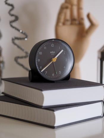 おうちの時計がデジタルだったら、子供専用の時計を用意してあげると子供も喜びます。自分で時間が管理できるようになるのは、生活する上でとても大切なことです。