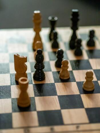 子供にとっては簡単に勝ち負けが分からない、このアナログな感じが、かえって新鮮に思えるかもしれませんね。  チェスや将棋など、頭を使うゲームは大人の老化防止にもなります。案外、子供の方が上手ということも。真剣勝負で、大人に勝ったという経験は子供に大きな自信を与えてくれることでしょう。