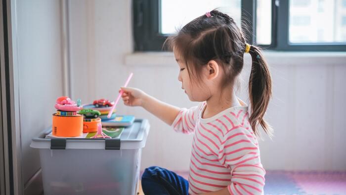 子供が何かに熱中して、もくもくと自分なりの遊びを楽しんでいても、散らかっている状態になると、ついつい片付けたくなりますよね。しかし、親がせっせと片づけてしまうのはあまりいいことではありません。ざっくりと片づけられる仕組みだけ作って、あとは子供の自主性に任せることも必要ですよ。  親は黒子のように、主役の子供に干渉しすぎないこと。子どものサポートに徹してあげることが、子供が自分のやりたい事をやって、成功体験を実感するために大切になります。