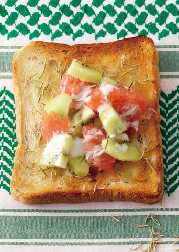 さっぱりとした味わいのフルーツトーストです。ヨーグルトで和えたキウイやグレープフルーツが爽やかであたたかい季節の朝食にもぴったり。ローズマリ―の香りとはちみつが新鮮な味わいです。