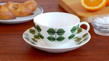 葉っぱのデザインの代表といえば、「Gustavsberg」のBERSAシリーズ。世界中で人気のBERSAのティーカップ&ソーサーは、グリーン色の葉っぱがフレッシュな印象でテーブルを爽やかに演出してくれます。