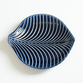 葉っぱをモチーフにした「リーフ 大鉢」。艶やかで深みのあるぎやまん陶の魅力を味わえる器です。葉脈が生き生きと美しく、耐久性もあって使いやすいのも◎