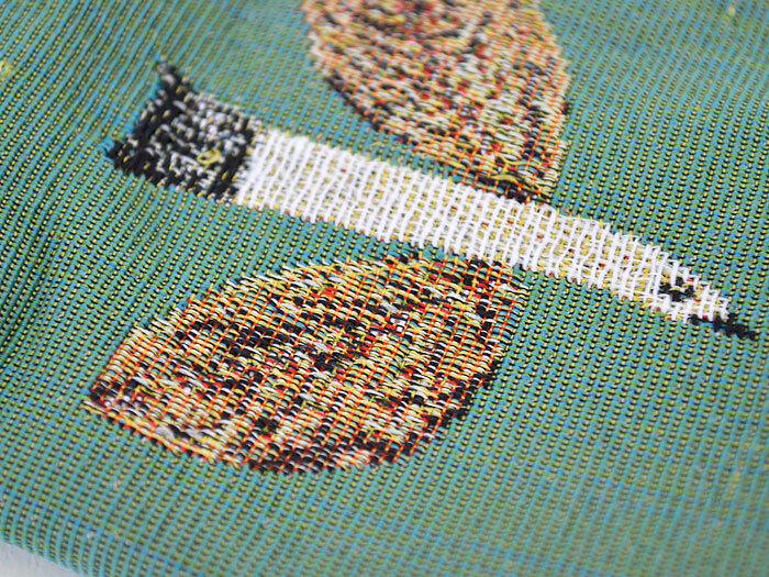 イラストは織りで表現されていて、プリントとは違った趣があります。