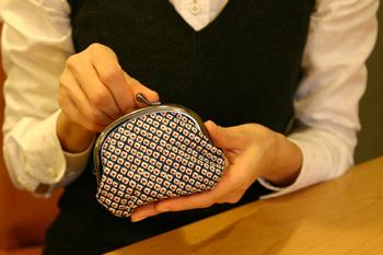 手のひらに丁度いいサイズの大きさで、お財布としてはもちろん小物入れにも使いやすそう。表の生地、裏の生地は選ぶことができ、セミオーダーで自分好みのガマ口を作れます。
